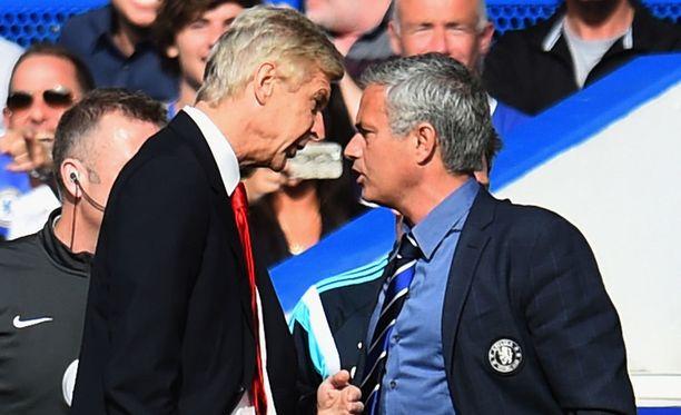 Arsène Wenger (vas.) ja José Mourinho eivät ole ylimpiä ystäviä.