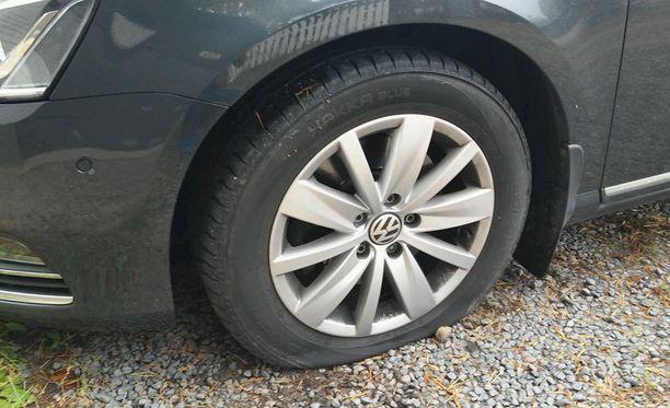 Tästä autosta puhkottiin kaikki renkaat. Samalla kerralla myös perheen toisesta autosta rikottiin renkaat.
