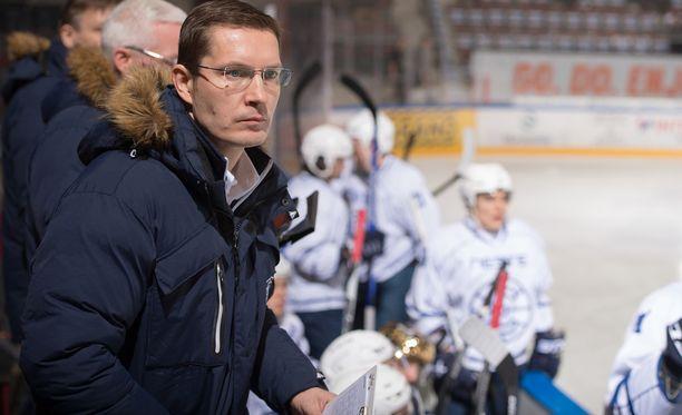 Timo Hirvonen on tehnyt elämäntyön Espoon jääkiekossa.