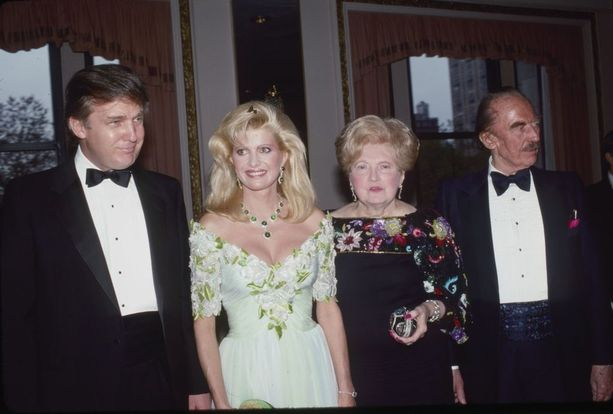 Kuvassa vasemmalta oikealle Donald, hänen ensimmäinen vaimonsa Ivana Trump sekä Mary ja Fred Trump.