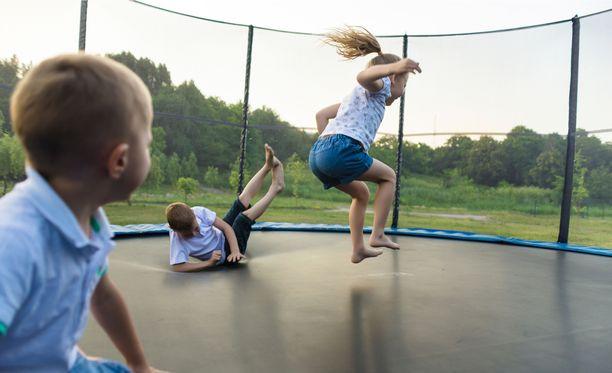 Yleisimpiä trampoliinivammoja ovat kyynärvarren ja kyynärpään murtumat.