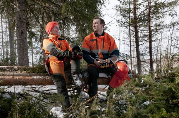 Pirre Nissilä ja Juhani Aska työparina maisemointityömaalla Tapionkylässä Rovaniemellä. Maastossa on yhä lunta lähes metri.