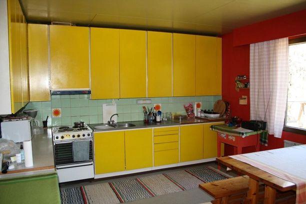 Talossa on yhdistelty värejä reippaalla kädellä.