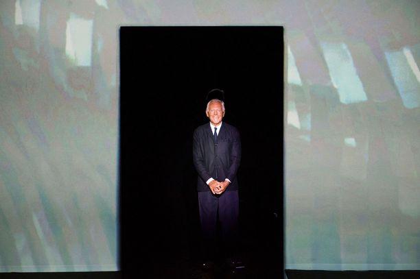 Giorgio Armani catwalkilla Milanon muotiviikolla SS19-näytöksensä jälkeen.