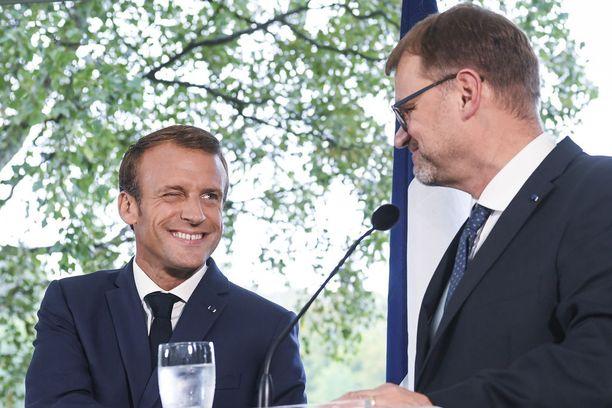 Emmanuel Macron (vas.) ja Juha Sipilä tiedotustilaisuudessa torstaina.
