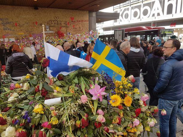 Iskupaikalle on tuotu myös Suomen lippu.
