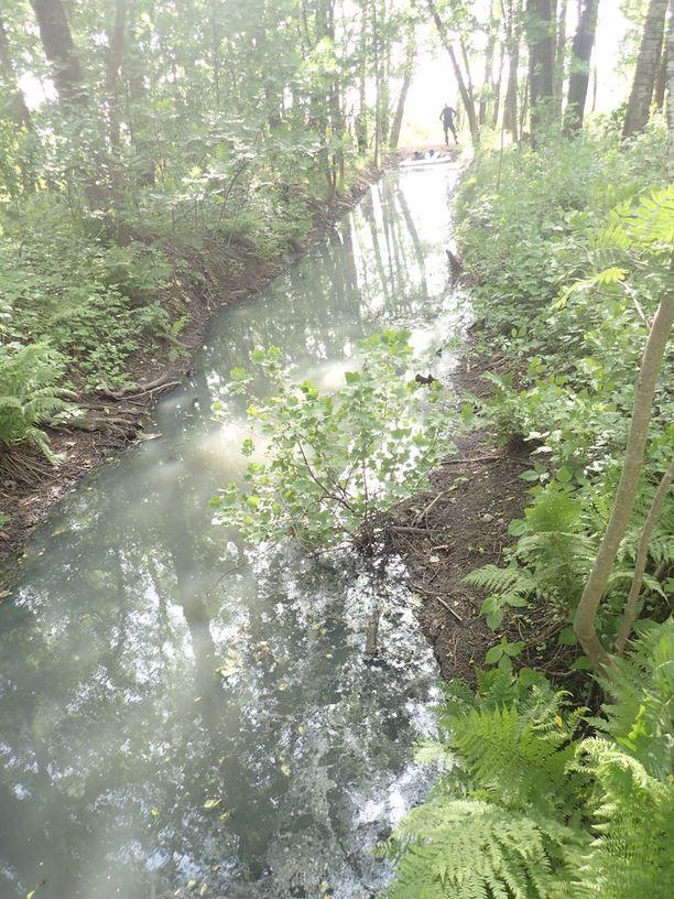 Epäilty ympäristörikos huomattiin, kun ojan lähistössä oli havaittu pistävää hajua, ja vesi oli värjäytynyt vaaleanharmaaksi.