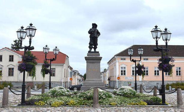 Poliisin mukaan se ei ole sulkenut pois kahden rikoksen välillä olevaa yhteyttä. Kuva Raahen keskustasta.