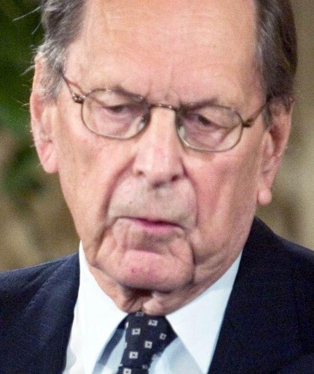 Ministeri Max Jakobson kiisti aluksi ajaneensa päin punaisia.