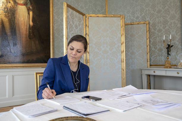 Victoria, kuten muutkin Ruotsin kuninkaalliset, tekevät töitä kotoa käsin.