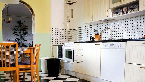Keittiön kaapit ovat uudet, mutta patinoitunut kermansävy luo entisajan henkeä.