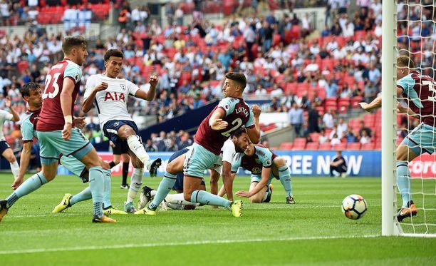 Dele Alli ampuu Tottenhamin 1-0-maalin.