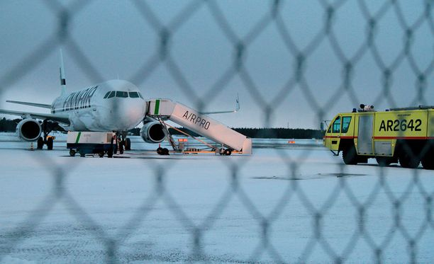 Koneessa oli kaikkiaan 203 matkustajaa ja miehistön jäsenet. Matkustajat ohjattiin takaisin terminaaliin odottamaan korvaavaa lentoa.