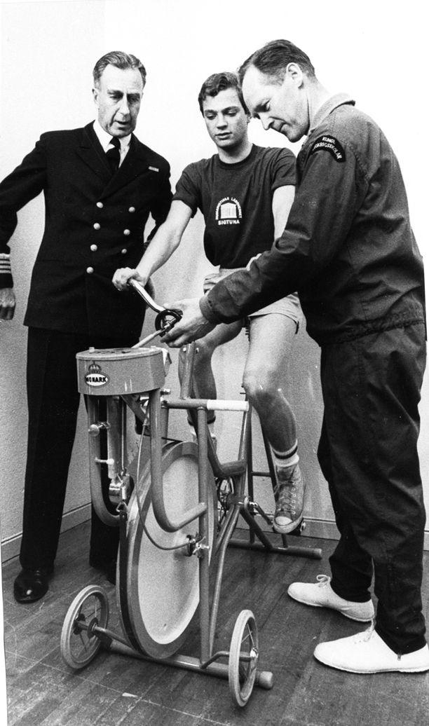 Kruununprinssin tuli läpäistä useita testejä ennen kuin pääsi suorittamaan asevelvollisuutensa laivastossa.