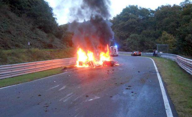 Suomalaiskaksikon auto syttyi palamaan rajusti törmäyksen jälkeen.