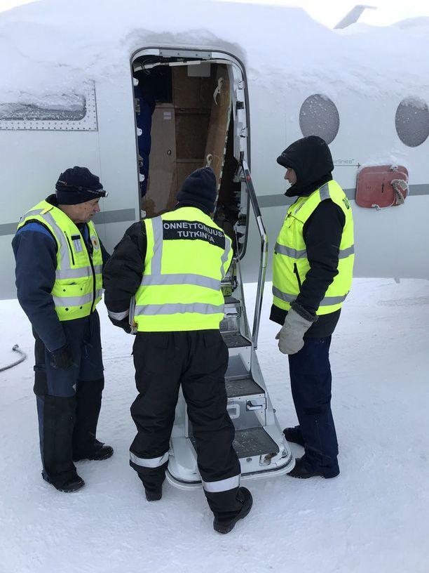 Onnettomuustutkintakeskuksen mukaan koneessa ollut ylipaine sai aikaan sen, että ulko-ovi syöksyi päin oven avannutta kapteenia.