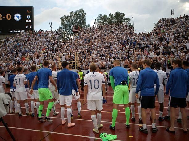 Huuhkajat kiittivät Suomen maajoukkueen kannattajia lauantain ottelun jälkeen.