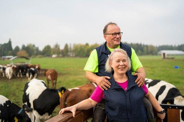 Uusitalon luomumaitotilaa pyörittävä Tuomisen pariskunta tekee K-Citymarket Länsikeskuksen kauppiaan Juha Jyllin mukaan työtään vastuullisesti, avoimesti ja sydämellä.