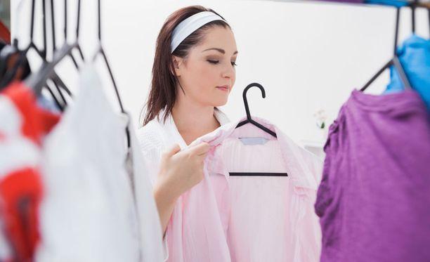 Ammattijärjestelijän mukaan vaatteet tulee ripustaa tietyllä tavalla: raskaat vasemmalle ja kevyet oikealle.