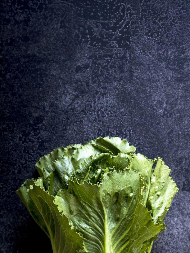 Romainesalaatin lisäksi caesarsalaattiin sopii rapea cosmopolitan (kuvassa).