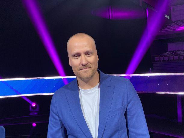 Heikki Paasonen juontaa Nelosen uutta Mysteerilaulajat – I Can See Your Voice Suomi -ohjelmaa.