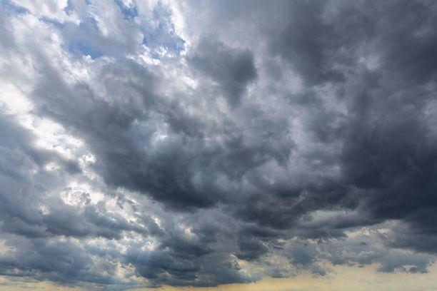 Sää on tänään epävakaista Etelä- ja Keski-Suomessa. Iltaan mennessä pilvipeitto alkaa rakoilla monin paikoin.