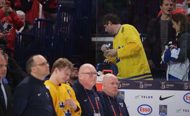 Tammikuussa Ruotsin alle 20-vuotiaiden jääkiekkomaajoukkueen kapteeni Lias Andersson toimitti hopeamitalinsa katsomoon tuntemattomalle henkilölle.