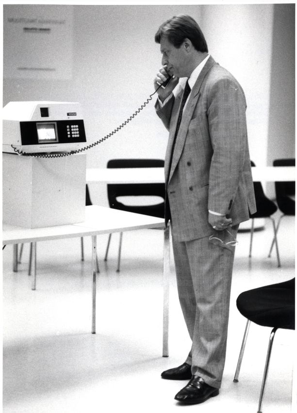 Kuvassa ulkomaankauppaministeri Pertti Salolainen vuonna 1989. George H.W. Bush toimi samaan aikaan Yhdysvaltain presidenttinä.