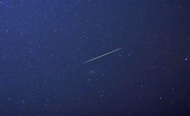 Perseidien tähdenlentoparvi näkyy parhaiten sunnuntain ja maanantain välisenä yönä. Kuvituskuva perseideistä.