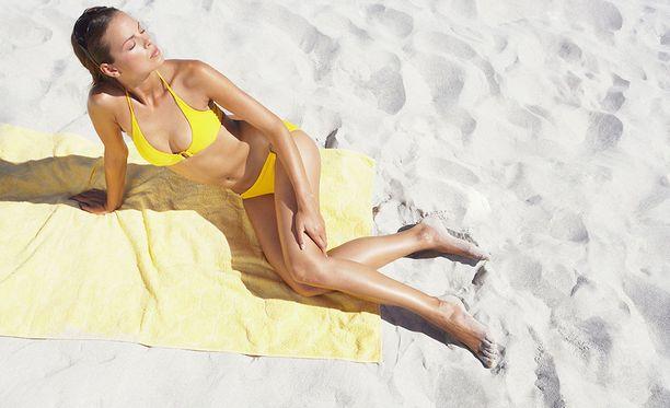 Tavalliseen rantapyyhkeeseen tarttuu helposti hiekkaa.