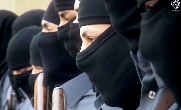 """Isis on vahvistanut jalansijaansa Libyassa. Joulukuussa julkaistulla videolla järjestö esitteli Sirtessä koulutettavia """"poliiseja."""""""
