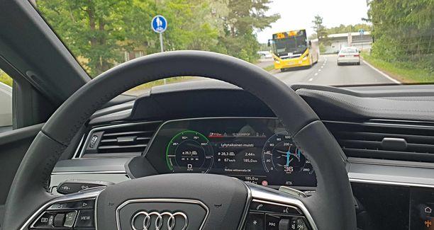 Turun teillä Audi alkoi latailla aktiivisesti hidastusenergiaa.