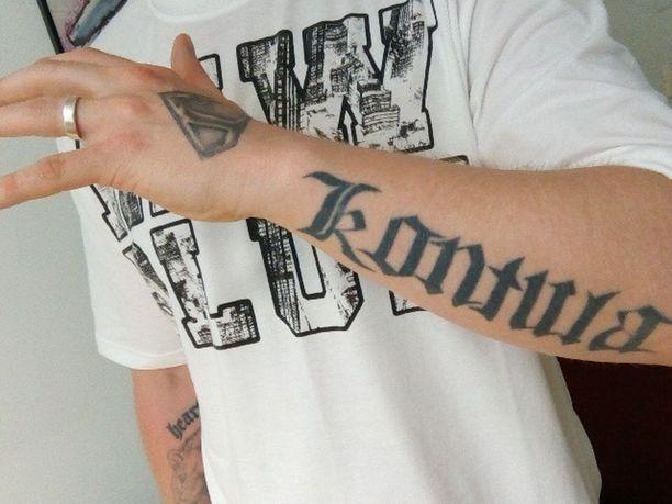 32-vuotias Jape on istunut elinkautistaan reilut kolme vuotta. Hän on kotoisin Helsingin Kontulasta, kuten käden tatuointi kertoo.
