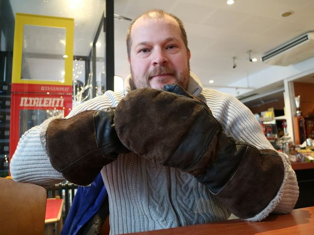 Kädet pysyvät lämpiminä kunnon kintaissa, joissa on pitkät varret, näyttää Kalle Komulainen.
