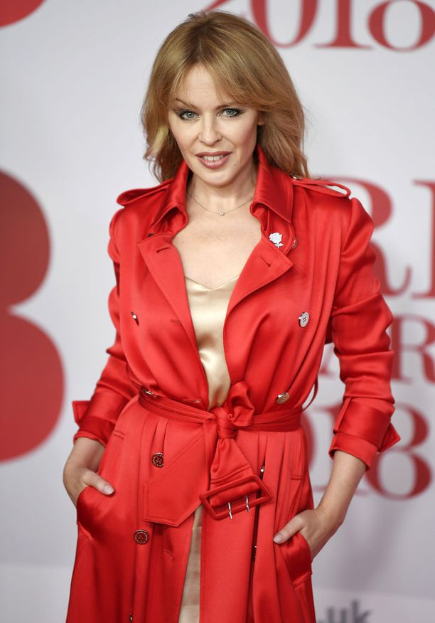 Kylie Minogue juhli punaisissaan Brit Awards -gaalassa helmikuussa.