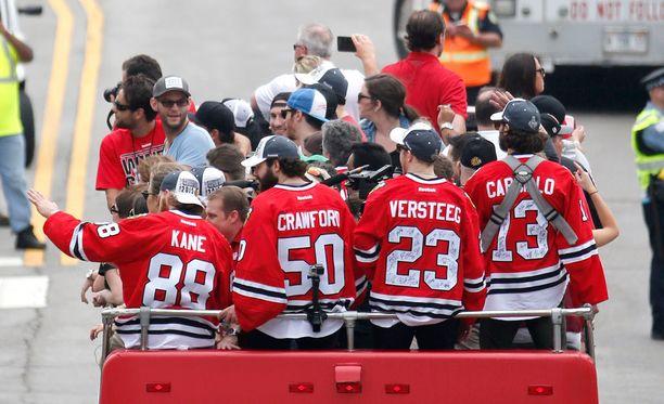 Stanley Cup -voittajat matkasivat Soldier Field -stadionille kaksikerroksisella bussilla halki kaupungin.