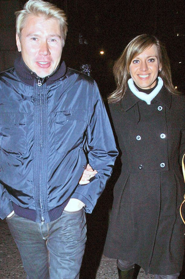 LONTOO, 10. JOULUKUUTA Mika Häkkinen ja Marketa Kromatova kävivät illallisella F1-kuski Lewis Hamiltonin ja tämän äidin kanssa.