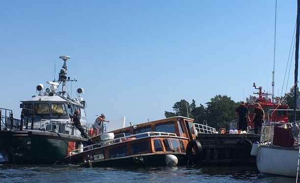 Merivartiosto riensi vesibussin apuun, kun se oli kallellaan laiturissa.