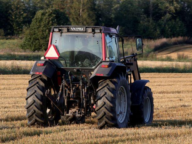 Kuvan traktori ja kuljettaja eivät liity tapaukseen. Kuvituskuva.