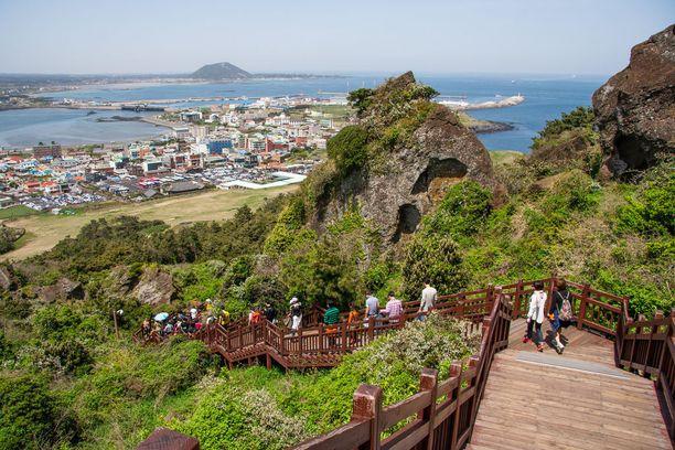 Matkailijoita kiinnostavat muun muassa Hallasanin tulivuoren vaellusreitit.