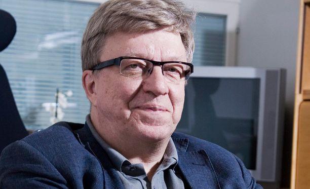 Timo Laaninen (kesk) joutui jännittämään loppuun asti vaalitapahtumansa kohtaloa.