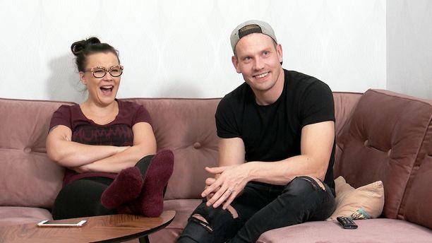 Lauraa ja Villeä naurattaa.