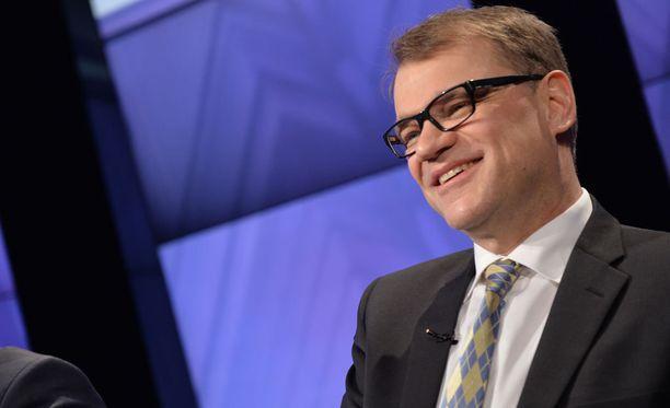 Pääministeri Juha Sipilä kiittää VR:n jättävää toimitusjohtajaa Mikael Aroa.