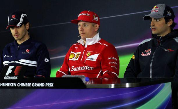 Kimi Räikkönen istui Shanghain GP:n torstaisessa lehdistötilaisuudessa Antonio Giovinazzin ja Carlos Sainzin välissä.