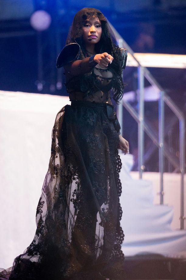 Minaj esitteli show'nsa aikana näyttäviä asuja.