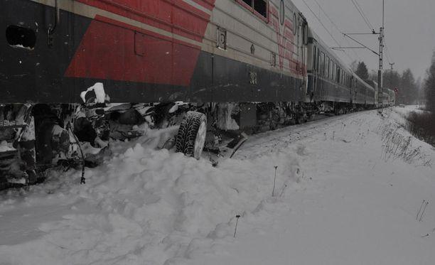 Auto murskaantui pahoin junan alle.