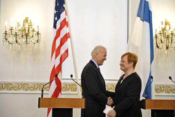 Biden ja Tarja Halonen tapasivat Helsingissä vuonna 2011. Arkistokuva.