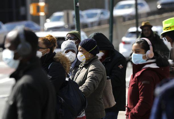 Ihmiset käyttivät suojamaskia New Yorkin Bronxissa 15. huhtikuuta.