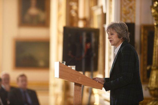 """May antoi ymmärtää, ettei Britanniasta tehdä varoittavaa esimerkkiä. """"Rankaiseva"""" sopimus satuttaisi EU:ta itseään katastrofaalisesti, May varoitti."""