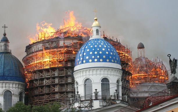 Pietarissa tuli levisi nopeasti rakennustelineistä kirkon kattorakenteisiin.